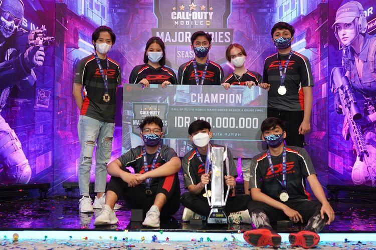 Personel tim DG Esports yang memenangi kompetisi Call of Duty Mobile (CODM) Major Series 4