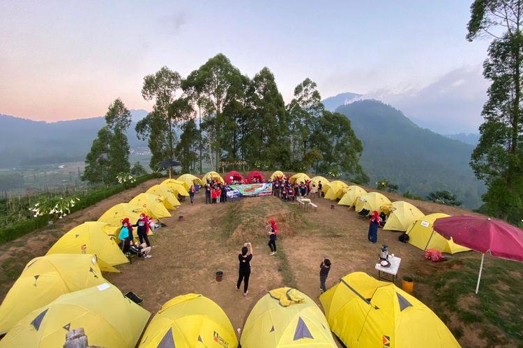 Suasana berkemah di Bukit Nirwana, Kabupaten Malang, Jawa Timur.