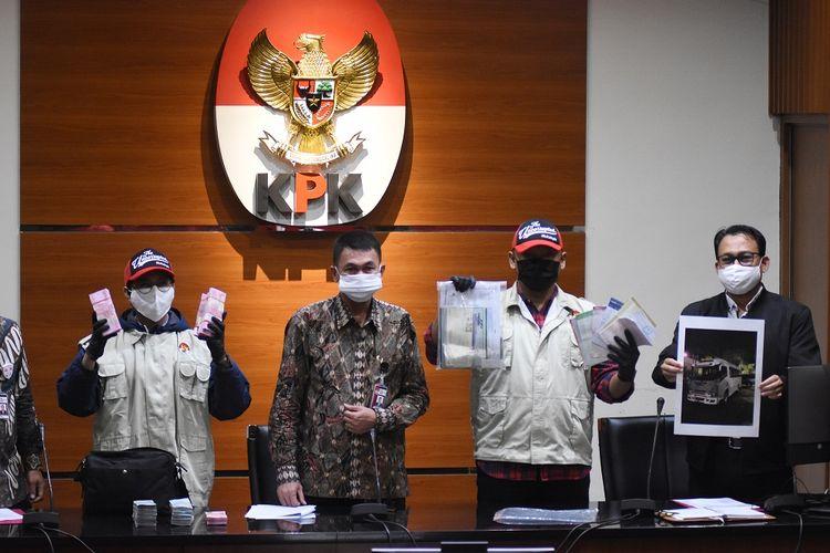 Wakil Ketua KPK Nawawi Pomolango (kedua kiri) didampingi Juru Bicara KPK Ali Fikri menunjukkan barang bukti pasca Operasi Tangkap Tangan (OTT) Bupati Kutai Timur di Gedung KPK, Jakarta, Jumat (3/7/2020). Dalam OTT itu KPK menahan tujuh tersangka yakni Bupati Kutai Timur Ismunandar, Ketua DPRD Kutai Timur Encek Unguria, Kadis PU Kutim Aswandini, Kepala Bapenda Kutim Musyaffa, Kepala BPKAD Kutim Suriansyah, serta pihak swasta Aditya Maharani dan Deky Aryanto dengan barang bukti uang tunai Rp170 juta, buku tabungan dengan saldo Rp4,8 miliar, dan sertifikat deposito Rp1,2 miliar dalam kasus dugaan korupsi pengerjaan infrastruktur di lngkungan Pemkab Kutai Timur tahun 2019-2020. ANTARA FOTO/Indrianto Eko Suwarso/pras.
