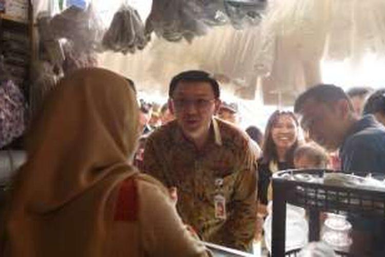 Gubernur DKI Jakarta Basuki Tjahaja Purnama meninjau kios-kios di Pasar Pesanggrahan, Jaksel, yang baru diresmikan, Jumat (26/8/2016).