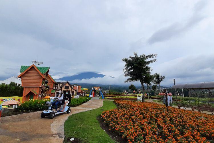 Wahana bunga dan lainnya di Batu Love Garden, Kota Batu, Jawa Timur, Senin (28/12/2020).