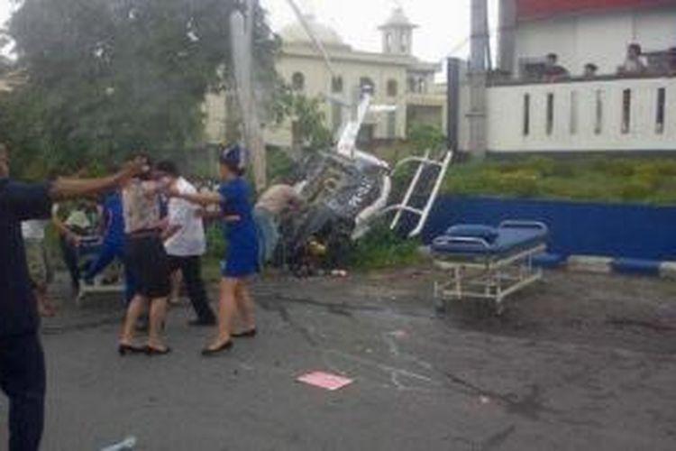 Karyawan sekaligus perawat rumah sakit Efarina Etaham yang berada di Jalan Jamin Ginting Kota Berastagi Kabupaten Karo dikagetkan dengan jatuhnya Helikopter