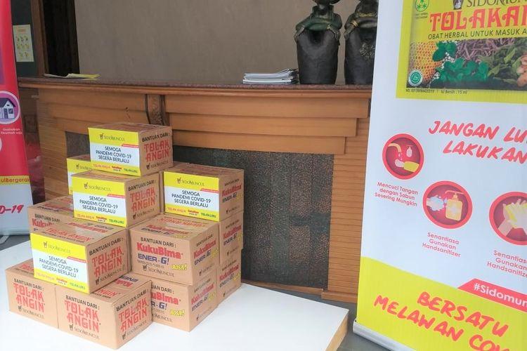 Sido Muncul memberi 6.000 paket sembako kepada Yayasan Media Group yang akan disalurkan lagi kepada Jaringan Gusdurian dan Rumah Harapan, Jumat (17/4/2020)