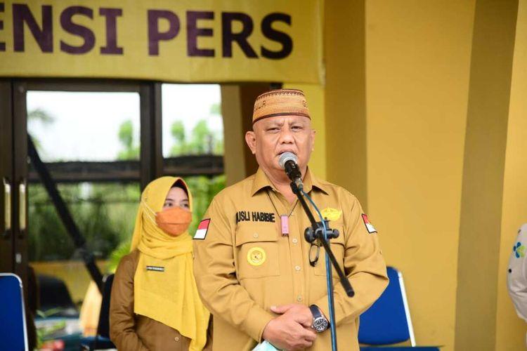Gubernur Gorontalo Ryusli Habibie saat mengaku lebih sehat dan kuat setelah menerima vaksin. Pengalaman pascavaksinasi ini disampaikan saat memimpin apel di Dinas Kesehatan.