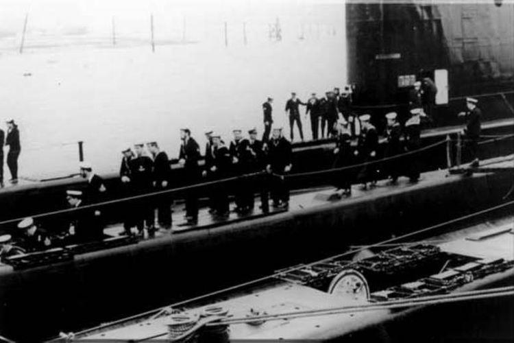 Awak kapal selam Dakar, milik AL Israel, bergegas masuk ke dalam kapal sebelum berlayar dari Skotlandia menuju Haifa.