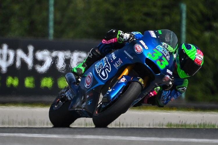 Pebalap Italia dari Italtrans Racing Team, Enea Bastianini berlaga di Moto 2 Czech Grand Prix di sirkuit Masaryk di Brno pada 9 Agustus 2020.
