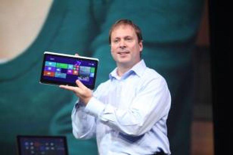 Senior Vice President and General Manager, PC Client Group Intel, Kirk Skaugen, memamerkan komputer yang telah dibekali kamera perceptual computing di IDF 2013.