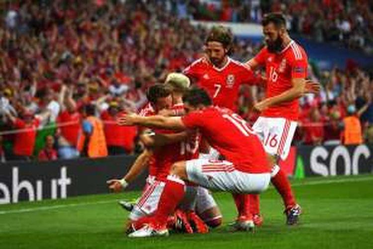 Gelandang Wales, Aaron Ramsey (kanan), merayakan golnya usai membobol Rusia pada pertandingan ketiga Grup B Piala Eropa 2016 di Stadion Municipal, Senin atau Selasa (20/6/2016) dini hari WIB.