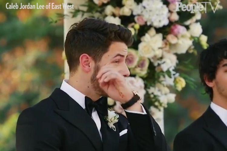 Nick Jonas menitikkan air mata saat melihat Priyanka Chopra berjalan ke altar yang berada di halaman Istana Umaid Bhawan di Jodhpur, Rajasthan, Sabtu (1/12/2018).