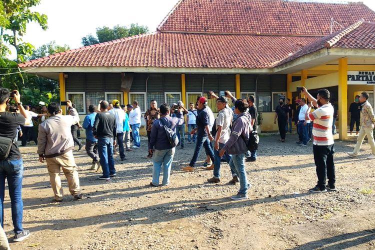 Kantor DPD Partai Golkar Indramayu saat digruduk massa menolak Musda ke X.