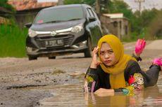 Sindir Pemerintah, Suami Istri Difoto bak Model di Jalan Rusak dan Viral