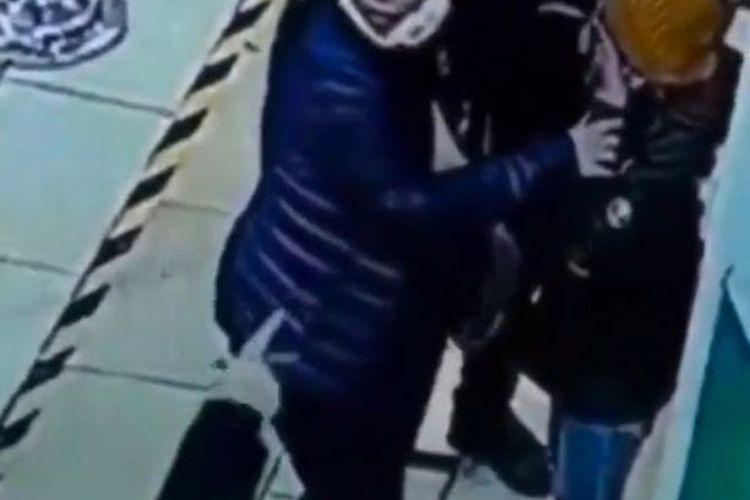 Seorang anggota satpam tak sengaja menyemprotkan cairan hand sanitizer ke mata seorang anak.