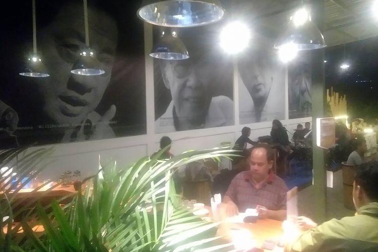 Pengunjung di Kafe Oksigen di Jalan Sidomakmur, No 86, Letak Sari, Mulyoagung, Dau, Kota Malang, Sabtu (20/10/2018) malam.