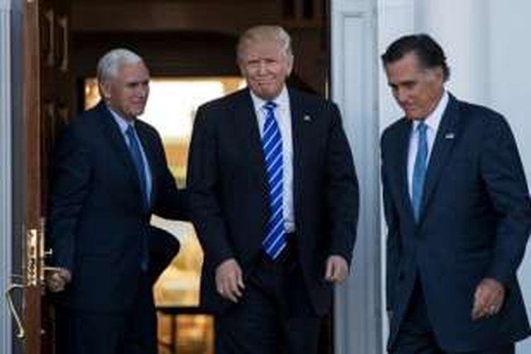 Wakil Presiden terpilih AS Mike Pence, Presiden terpilih AS Donald Trump dan Mitt Romney, usai pertemuan di Trump International Golf Club, Bedminster Township, New Jersey, Sabtu (19/11/2016).