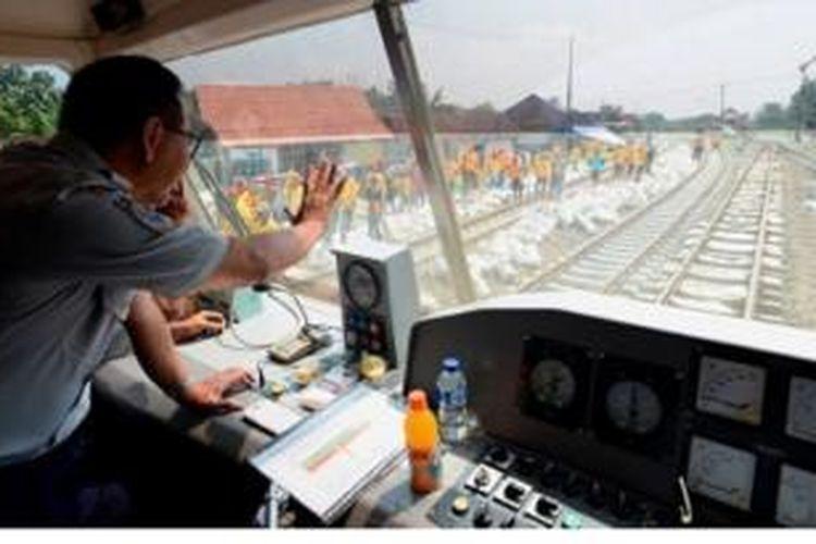 Wakil Menteri Perhubungan, Bambang Susantono, naik kereta inspeksi Semeru saat memantau pemindahan rel dari jalur tunggal untuk dialihkan ke jalur ganda di ruas antara Cepu, Jawa Tengah, dan Tobo, Bojonegoro, Jawa Timur, Rabu (26/3).