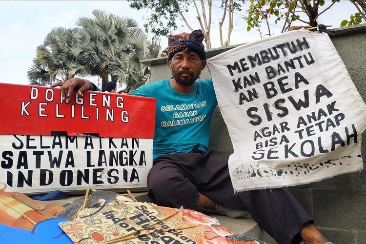 Samsudin (47), pendongeng keliling asal Indramayu, Jawa Barat sepekan berjalan kaki hingga Jakarta untuk bertemu dengan Presiden RI Joko Widodo, Kamis (15/8/2019).