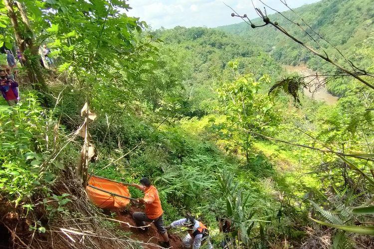 Petugas Inafis Satreskrim Polresta Tasikmalaya bersama TNI, BPBD dan warga setempat sedang mengevakuasi mayat yang dimakan kerumunan biawak di lembah bukit Sungai Citanduy bagian dari Bendungan Leuwi Keris, Manonjaya, Kabupaten Tasikmalaya, Jumat (20/11/2020).