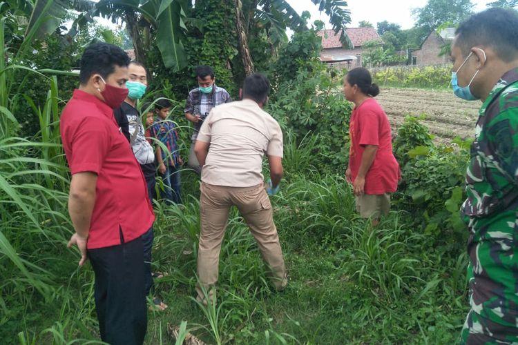 Petugas polisi saat olah TKP penemuan bayi di Desa Payaman, Kecamatan Plemahan, Kabupaten Kediri, Jawa Timur.