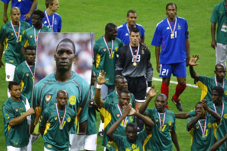Tim sepak bola Kamerun memegang poster raksasa Marc-Vivien Foe yang meninggal 26 Juni 2003 saat berlaga di pertandingan semi final melawan Colombia.