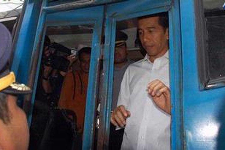 Gubernur DKI Jakarta Joko Widodo (Jokowi) didampingi Kepala Dinas Perhubungan DKI Udar Pristono memeriksa bus saat meninjau kondisi angkutan umum di Terminal Senen, Jakarta Pusat, Kamis (3/1/2013).