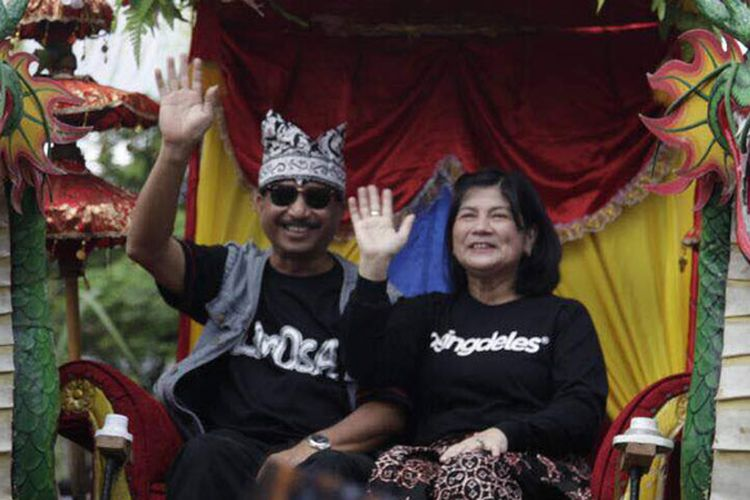 Menteri Pariwisata Arief Yahya bersama istri dalam arak-arakan parade Barong Ider Bumi di desa wisata Kemiren, Kabupaten Banyuwangi, Jawa Timur, Senin (26/6/2017).