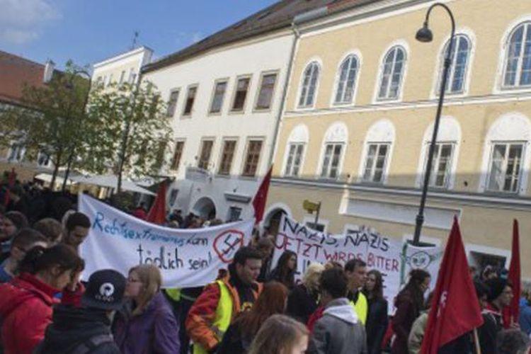 Pengunjuk rasa berkumpul di depan rumah kelahiran diktator Adolf Hitlerdi Kota Braunau Am Inn, Austria. Foto ini diambil para bulan April 2015.