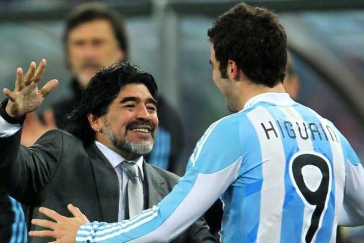 Pemain legendaris Argentina, Diego Maradona (kiri) dan Gonzalo Higuain (kanan).