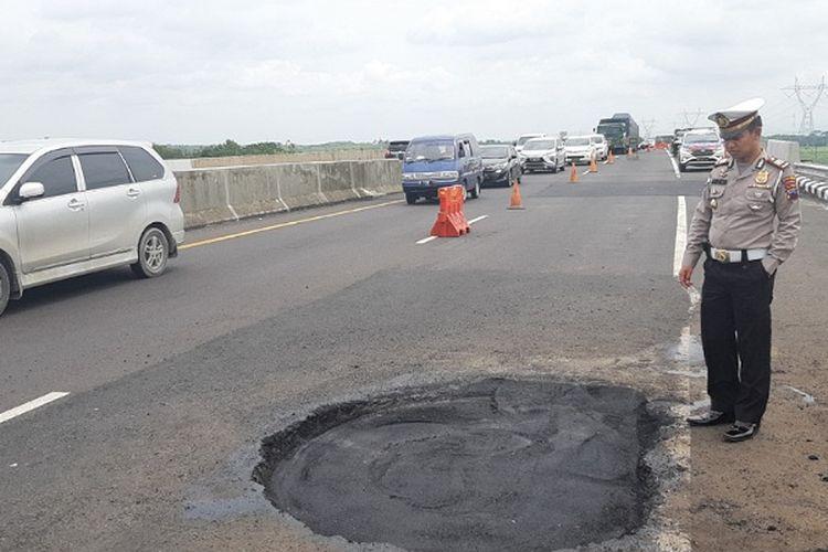 Kasatlantas Polres Pekalongan AKP Ariakta Gagah Nugraha saat mengecek lubang jalan di ruas jalan tol Pemalang-Batang.