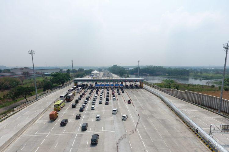 Kepadatan lalu lintas jalan tol jelang libur Nataru 2019