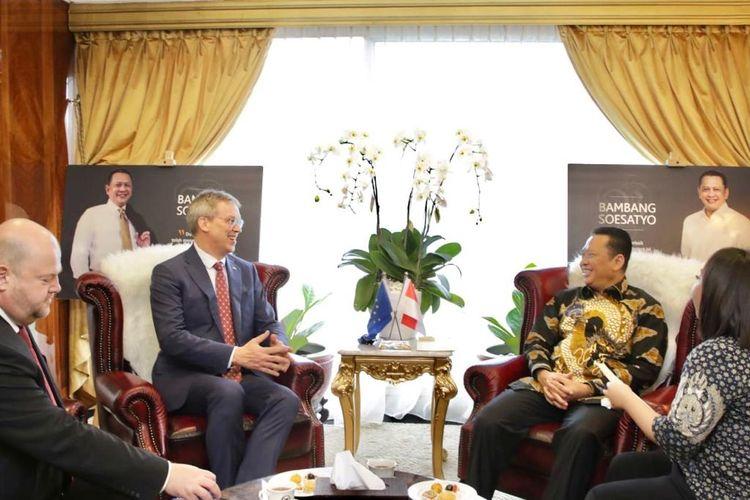 Bambang Soesatyo bertemu Duta Besar Uni Eropa untuk Indonesia Vincent Piket di Kompleks Parlemen, Jakarta, Selasa (17/12/2019).