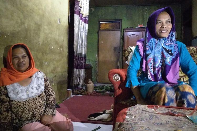 Ibu Delis Sulistina (13) siswi SMPN 6 Tasikmalaya yang tewas di drainase sekolah saat berbincang dengan wartawan di rumahnya, Rabu (26/2/2020) malam.
