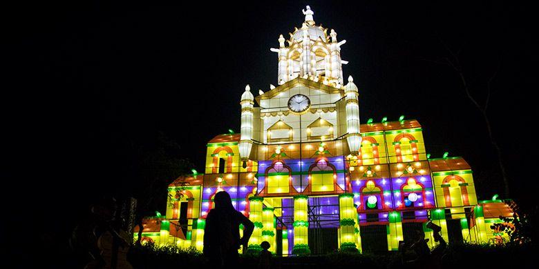Atraksi tata lampu berbentuk istana megah di gelaran Festival of Light, Kaliurang