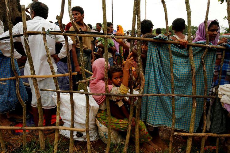 Pengungsi baru Rohingya menunggu bisa masuk kamp pengungsi sementara Kutupalang, Cox Bazar, Bangladesh, Rabu (30/8/2017).
