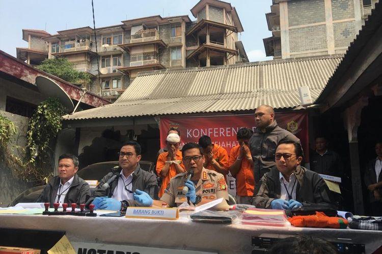 Sindikat penipu jual beli rumah mewah dengan modus notaris palsu di kawasan Jakarta diciduk polisi. Ada empat tersangka yang ditangkap, Tersangka yang dihadirkan berinisial D, H, dan K di Jalan Tebet Timur Raya, Jakarta Selatan, Senin (5/8/2019).