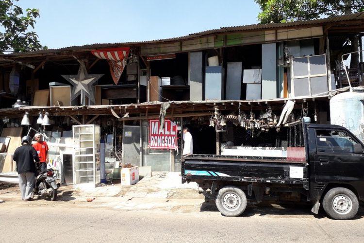 Tampak depan Mal Rongsok di kawasan Beji, Depok, Selasa (22/5/2018)