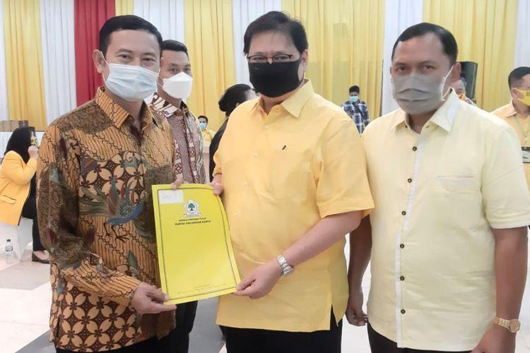 Yuhronur Efendi (kiri) saat menerima surat keputusan rekomendasi dari Ketum DPP Golkar Airlangga Hartarto (tengah).