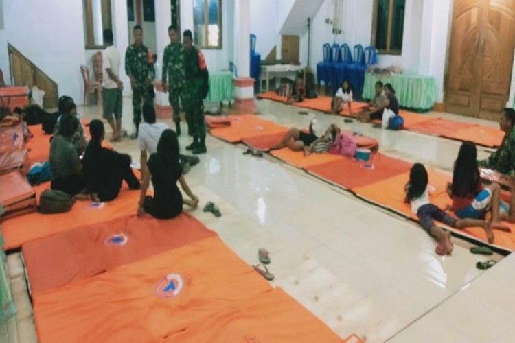 Warga berada di tempat pengungsian lantaran guguran lava Gunung Karangetang di Manado terus berlanjut.