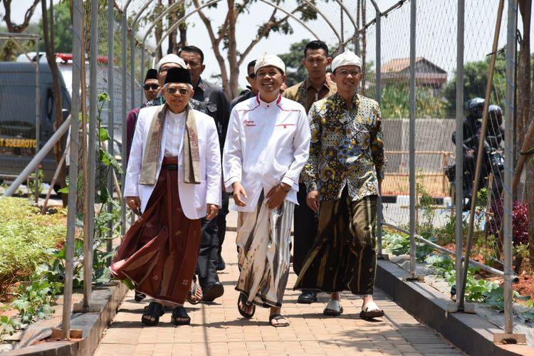 Ketua DPD Golkar Jawa Barat Dedi Mulyadi (tengah) menyambut Wakil Presiden Maruf Amin di Kompleks Tajug Cilodong, Purwakarta, Jawa Barat, Jumat (20/9/2019).
