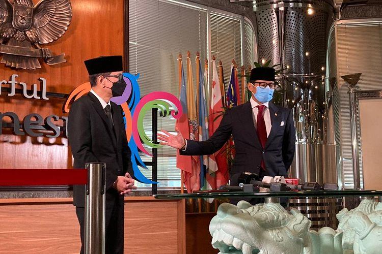 Menteri Pariwisata dan Ekonomi Kreatif Sandiaga Uno dan Wishnutama Kusubandio dalam konferensi pers usai usai melakukan upacara serah terima jabatan (sertijab) di Gedung Sapta Pesona Kantor Kemenparekraf RI, Jakarta, Rabu (23/12/2020).