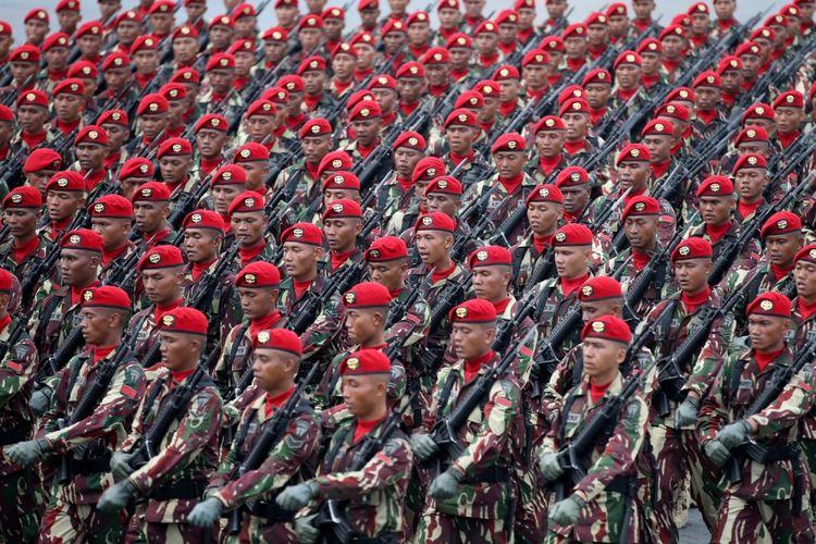 Defile pasukan saat peringatan HUT ke-72 Tentara Nasional Indonesia di Dermaga Indah Kiat, Cilegon, Banten, Kamis (5/10/2017). Peringatan HUT TNI ini  TNI dimeriahkan latihan gabungan dengan menggunakan alutsista andalan dari masing-masing matra TNI, Angkatan Darat, Angkatan Laut, dan Angkatan Udara.