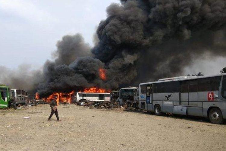 Puluhan bus bekas Transjakarta terbakar di pool bus Pondok Cabe, Tangerang Selatan, Jumat (27/9/2019).
