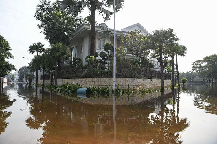 Suasana Kompleks Pantai Mutiara yang tergenang banjir rob di Penjaringan, Jakarta, Minggu (7/6/2020). Banjir di kawasan tersebut diduga akibat adanya tanggul yang jebol saat naiknya permukaan air laut di pesisir utara Jakarta.