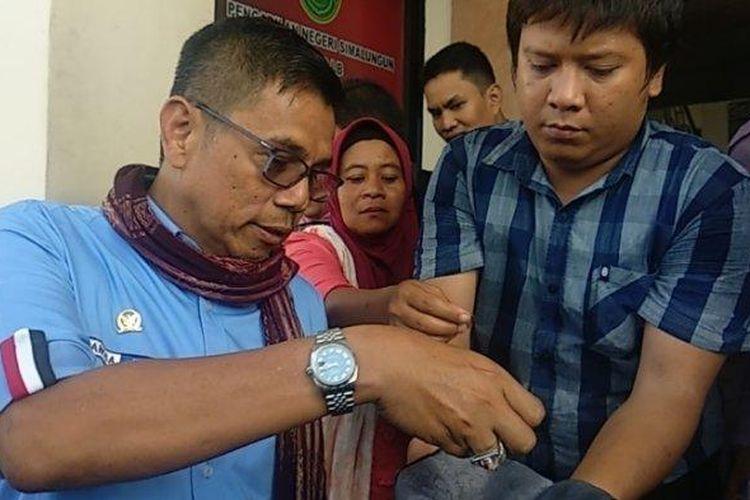 Keluarga Samirin dan Hinca Panjaitan mengumpulkan koin di Pengadilan Simalungun, Rabu (15/1/2020). Koin ini akan diserahkan PT Bridgestone.