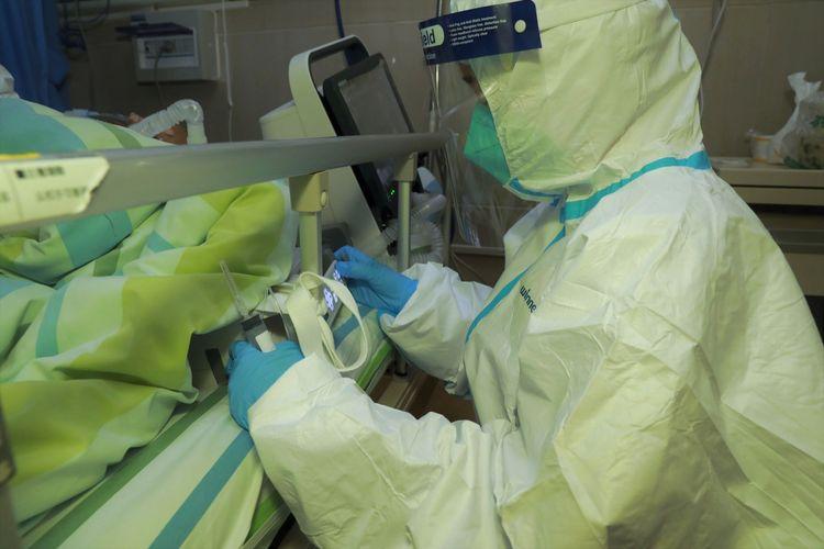 Seorang staf medis merawat seorang pasien dengan pneumonia yang disebabkan oleh virus corona baru di Rumah Sakit Zhongnan Universitas Wuhan, di Wuhan, provinsi Hubei, China, Rabu (22/1/2020). Foto diambil tanggal 22 Januari 2020.