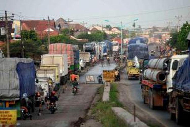Kendaraan terjebak kemacetan di Desa Cimohong, Bulakamba, Brebes, Jawa Tengah, Selasa (23/7/2013). Kemacetan sepanjang 2 Kilometer tersebut disebabkan oleh pengecoran salah satu ruas jalan yang menjadi pertemuan Jalur Pantai Utara dengan Jalur Selatan.