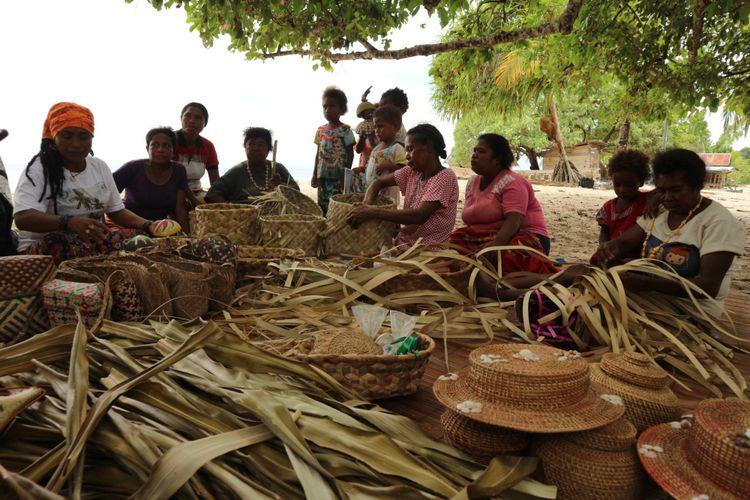 Mamak-mamak yang tergabung dalam komunitas Mamak Noken belajar membuat beragam kerajinan dari bahan dedaunan, terutama noken di Kampung Sauwingrai, Raja Ampat, Papua Barat.