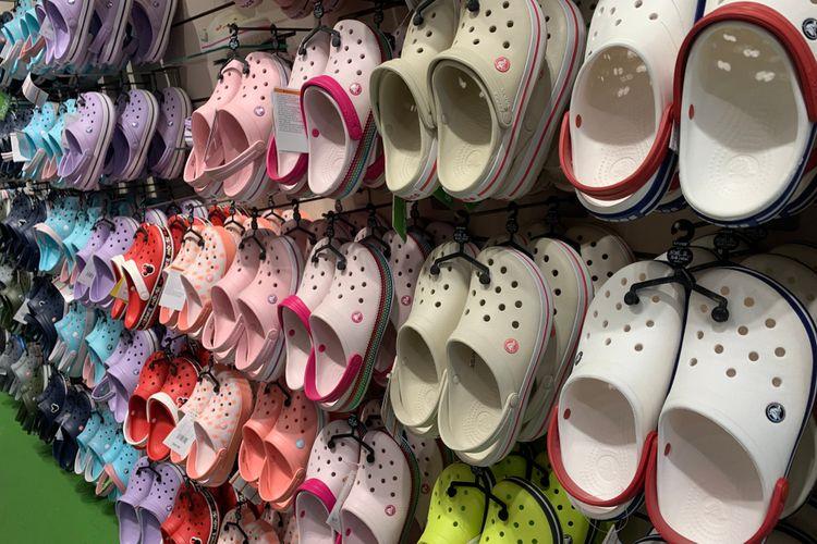 Koleksi Crocs di sebuah toko di Manhattan, New York, Amerika Serikat.