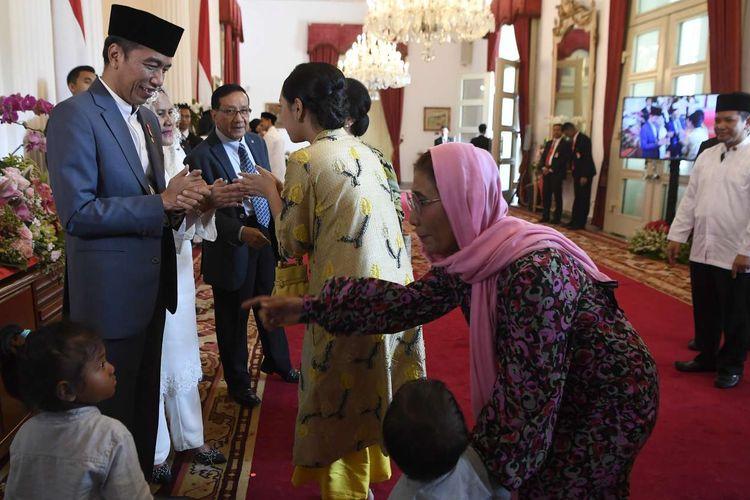 Presiden Joko Widodo (kiri) dan Ibu Negara Iriana joko Widodo (kedua kiri) menerima Menteri Kelautan dan Perikanan Susi Pudjiastuti (kanan) saat halalbihalal di Istana Negara, Jakarta, Rabu (5/6/19). Presiden bersama Ibu Negara Iriana Joko Widodo, Wakil Presiden Jusuf Kalla dan Ibu Mufidah Kalla menggelar halalbihalal Idufitri 1 Syawal 1440 Hijriah di Istana Negara yang terbuka bagi masyarakat umum maupun pejabat negara.