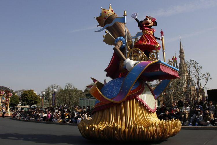 Minni Mouse sebagai salah satu tokoh Disney tampil dalam parade di Tokyo Disneyland, Jumat (13/4/2018). Parade ini digelar dalam rangka perayaan ke-35 tahun Tokyo Disneyland.