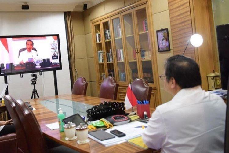 Menko Perekonomian Airlangga Hartarto mengikuti rapat terbatas yang dipimpin Presiden Joko Widodo melalui video conference, Senin (6/4/2020)